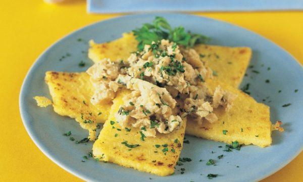 Crostini di polenta con uova strapazzate