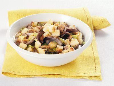 Zuppa di vongole con crostini